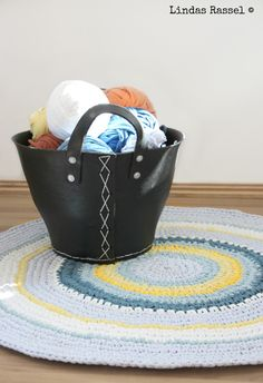 virkad rundmatta till barnrummet Barnrummet, Knit Crochet, Organization, Knitting, Decor, Crocheting, Instagram, Sink Tops, Dekoration