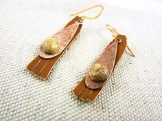 Boucles d'oreilles cuir marron, cuivre martelé et jaspe : Boucles d'oreille par deux-trois-graines