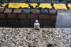 Isaac Cordal - Repecting the yellow line