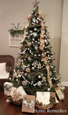 Looking for for images for farmhouse christmas tree? Browse around this site for perfect farmhouse christmas tree inspiration. This particular farmhouse christmas tree ideas will look totally excellent. Christmas Tree Ideas 2018, Christmas Tree Inspiration, Noel Christmas, Burlap Christmas Tree, Xmas Trees, How To Decorate Christmas Tree, Decorated Christmas Trees, Homemade Christmas, Natural Christmas Tree