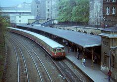 Berlin 1985 S-Bahnzug der BR 275 im S-Bahnhof Schoenhauser Allee