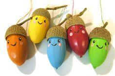 Des petits personnages tout mignons réalisés avec des glands et à accrocher partout dans la maison pour les fêtes de Noël.