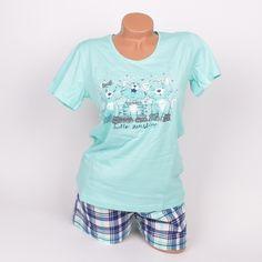 Дамска памучна лятна пижама с къс ръкав и къси панталони в морско син цвят и каре. Горната част е в морско синьо с обло деколте и апликация на  три сладки котенца отпред. Долната част е къси карирани панталони в тъмно синьо, бяло и морско синьо. Красва и мека пижама с прекрасно съчетание на цветове.