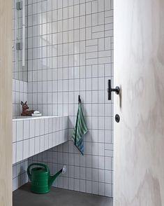 Tile layout bathroom - and look at the door handle. Bathroom Inspo, Bathroom Inspiration, Bathroom Interior, Dream Bathrooms, Beautiful Bathrooms, Tile Layout, Family Bathroom, Bathroom Toilets, Modern Bathroom Design