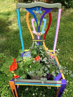 old chair into a plant stand Crafty Projects, Garden Projects, Garden Ideas, Chair Planter, Tiny House Blog, Wrought Iron Patio Chairs, Garden Junk, Found Art, Garden Chairs