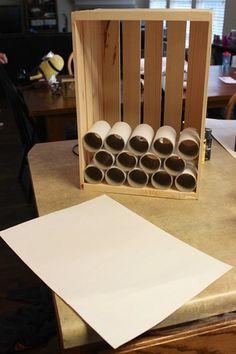 《作り方》 1、ラップの芯をミニカーのサイズに合うようにカットして、カット面をサンディングする。 2、ボックスの中に並べて、ラップの芯お側面と底面を糊付けしながら積み上げる。 3、デコレーションして完成。  ※写真のボックスは深すぎるので白いボードを貼って調整しています。浅めのボックスがあればより美しく仕上がりそうですね。