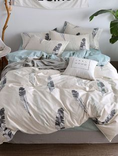 To find out about the Feather Print Duvet Cover at SHEIN, part of our latest Bedding Sets ready to shop online today! Flat Sheet Sizes, Flat Sheets, Sheet Sets, Cute Duvet Covers, Duvet Cover Sizes, Cover Style, Bed Sets, Feather Print, Simple Colors