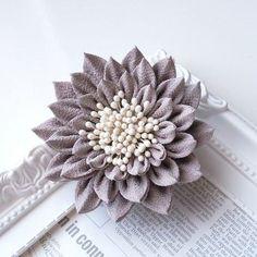 つまみ細工髪飾りクリップ【グレー】 Handmade Flowers, Diy Flowers, Fabric Flowers, Paper Flowers, Ribbon Crafts, Flower Crafts, Fabric Crafts, Fabric Origami, Fabric Flower Tutorial