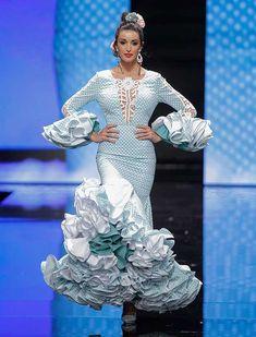 SIMOF 2018: el desfile de Sara de Benítez, en fotos / Raúl Doblado Blue And White Dress, Cute Dresses, Fashion Dresses, Search, Lab Coats, Shoe, Polka Dots, Pretty Dresses, Fashion Show Dresses