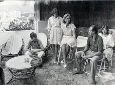 UNA ESPAÑA MODERNArn Un año después de que el país organizara el Mundial de fútbol de 1982, los Reyes y sus hijos posaban de manera informal en la terraza del palacio de Marivent, en Mallorca. Querían transmitir una cercanía que contrastaba con la rigidez de otras monarquías europeas.
