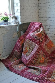 The red patchwork quilt differs with well-picked colours and is made in country style.  #beautifulpatchwork #quiltblanket #quiltcomforter