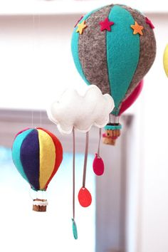 DIY hot air balloon mobile for kidsroom Baby Crafts, Felt Crafts, Diy And Crafts, Kids Crafts, Sewing Projects, Craft Projects, Diy Bebe, Baby Mobile, Felt Toys