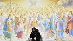 - Idosa pede esmolas ao lado do Monastério de Saint Michael, em Kiev. Foto: Sergei Supinsky / AFP