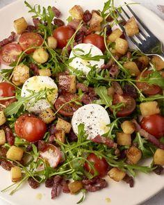 Een klassieke salade die je op menig restaurantmenukaart kan terugvinden, maar die wij gewoon graag lekker thuis maken: frisse salade met krokant gebakken spekjes, zachte geitenkaas, gebakken appeltjes, rozijnen en een sublieme honing-mosterddressing. Dé perfecte maaltijdsalade, yum!