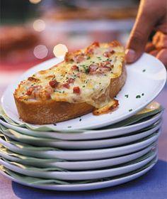 Gratinierte Käse-Crostinis - Party: Rezepte für viele Gäste - [LIVING AT HOME]