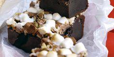 Vidunderligt rustikke og smagsrige cookiekager. I USA er 'Rocky Road' en kendt isflavour, hvis navn refererer til de store og ujævne stykker af marshmallow, nødder og chokolade, som gemmer sig i isen. Rocky Road Bars er et svært vellykket spin over denne berømte og berygtede is.