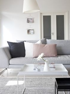 Grey sofá and white coffee table