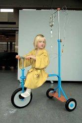 Triciclo con porta-flebo di Jetske Verdonk