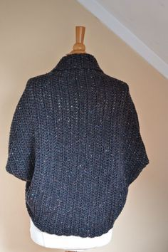 Someone sought for: shrugs for long dresses! Finthousands of hand made, old-fashioned, and diverse products. Crochet Shrug Pattern Free, Vest Pattern, Crochet Shawl, Knit Crochet, Crochet Turban, Crochet Shrugs, Maske Halloween, Tweed Vest, Shrugs And Boleros