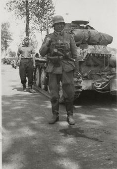 German soldier and a Pz. 38 (t) in the background, France Panzer Ii, German Soldiers Ww2, German Army, Military Figures, Military Diorama, Historia Universal, Germany Ww2, German Uniforms, Tanks