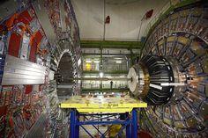 Warum erinnert mich das an Star Wars? Ein Techniker steht neben neben einer Versuchseinrichtung in einer großen unterirdischen Halle in der französische Gemeinde Cessy. Die riesige Apparatur gehört zum Large Hadron Collider, dem 26,66 Kilometer langen ringförmigen Teilchenbeschleuniger am Europäischen Kernforschungszentrum CERN bei Genf. von Denis Balibouse/Reuters.