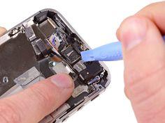 1. Bruk kanten av et plaståpningsverktøy til forsiktig å lirke frontkameraets metallholder opp og ut av iPhone-dekselet.