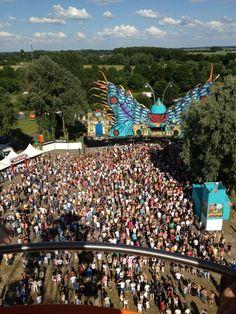 15.000 bezoekers genieten van Dreamfields met vijf podia op zaterdag 7 juli 2012 aan de Rhederlaag in Lathum (gemeente Zevenaar).