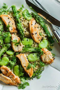 Salade de Quinoa, Asperges Vertes, Fèves et Poulet Grillé, Vinaigrette au Wasabi et Sésame Noir.