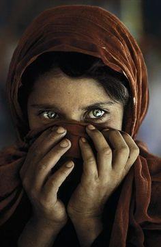 PAKISTAN. Peshawar. 1984. Afghan Girl at Nasir Bagh refugee camp.- « Finalement, je n'ai jamais été si passionné que ça par la couleur. J'aime les couleurs parce que le monde est en couleur.  »Steve McCurry