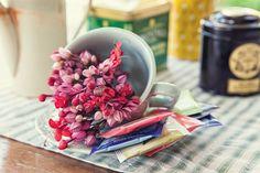 Para montar a mesa de chá para os convidados, dá até para montar um miniarranjo de flores na xícara que será usada | tea time | flowers