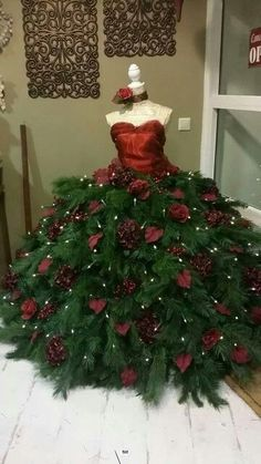 Ook mooi – Martina Ahrens - New Ideas Mannequin Christmas Tree, Dress Form Christmas Tree, Unique Christmas Trees, Alternative Christmas Tree, Christmas Tree Themes, Christmas Costumes, Xmas Tree, Christmas Tree Decorations, Christmas Holidays