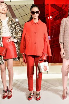 Last fall, Kate Spade New York did a bit of navel-gazing by looking to the Big Apple for inspiration. But a year later, and it seems the Kate Spade girl is Catwalk Fashion, Tokyo Fashion, High Fashion, Fashion Show, Fashion Looks, Women's Fashion, Winter Fashion, London Fashion Weeks, Kate Spade Outlet