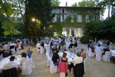 Le samedi 28 Juin, la Bastide du Jas de Bouffan accueillait dans ses jardins 140 personnes pour un diner gastronomique concocté par 3 talentueux chefs du Pays d'Aix avec la complicité de 17 vignerons. Ces derniers ont fait déguster aux convives leurs meilleurs cuvées dans ce lieu empreint d'histoire, où  vécut Paul Cézanne www.aixenprovencetourism.com