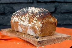 Bal & Yulaf & Cevizli Ekmek. Malzemeler  Hamur için: 350 gram un 10 gram toz maya 5 gram tuz 250 gram ılık su 80 gram bal 30 gram sıvı yağ 50 gram yulaf 125 gram tam buğday unu 100 gram ceviz Üzeri için: Yumurta Su Yulaf Haşhaş tohumu