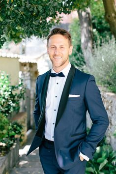 Klassischer dunkelblauer Anzug für den Brautigäm