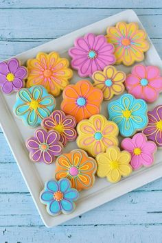 Beautiful cookies, but recipe no good. Cookies easily broke, not as tasty. Royal icing didn't flow and tasted flowery. Pretty Decorated Flower Cookies - by Glorious Treats Summer Cookies, Fancy Cookies, Iced Cookies, Cut Out Cookies, Cute Cookies, Easter Cookies, Royal Icing Cookies, Cookies Et Biscuits, Spring Cupcakes
