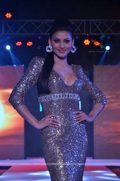 Urvashi Rautela Looking Sexy at HTC Fashion Show Febuary 2016