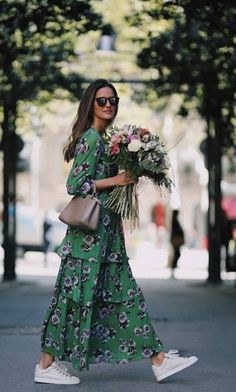 Street Style : Tiered maxi dress with white sneakers Idée et inspiration street style tendance 2017 Image Description Tiered maxi dress with white sneakers Street Style Trends, Street Style Summer, Adrette Outfits, Fashion Outfits, Fashion Ideas, Sneakers Fashion, Woman Outfits, Long Dress Fashion, Sneakers Street Style