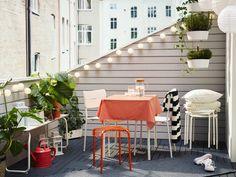 Erkély kis összecsukható asztallal, pad és két szék. Párnákkal, takarókkal egészítsd ki.