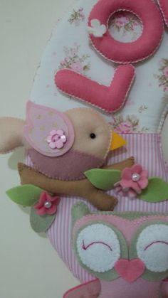 Guirlanda para porta de maternidade. Modelo corujinhas e passarinhos (menina). Confeccionada em tecido e feltro e enchimento com manta acrílica e fibra siliconada. Esse enfeite é leve e versátil, para decoração da porta de maternidade e para o quarto do bebê. Tamanho: 33cm de diâmetro.