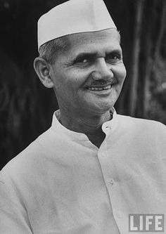 My eyes fill in tears and my heart brakes missing you Late Prime minister of India a legend Lal Bahadur Shastri History Of India, History Photos, Historical Quotes, Historical Pictures, Freedom Fighters Of India, Inspirational Leaders, Independence Day Images, Army Quotes, Gernal Knowledge