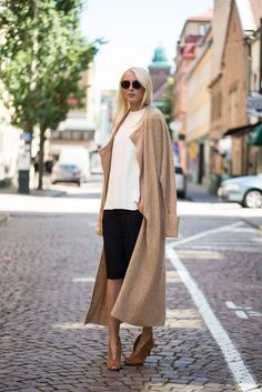 We love Ellen Claesson's fall outfit of a long... - Street Style