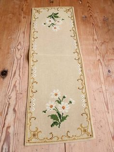 Beautiful x / floral / cross stitch / embroidered / tablerunner / tablecloth in linen from Sweden Christmas Embroidery Patterns, Embroidery Patterns Free, Embroidery For Beginners, Cross Stitch Patterns, How To Make Labels, How To Make Box, Bargello Needlepoint, Swedish Weaving, Hardanger Embroidery