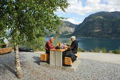 Nes rasteplass ved Lustrafjorden. Plassen gir flott utsikt over fjorden og mot den 218 meter høye Feigumsfossen.    Foto: Jarle Wæhler
