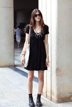 Dark & chic. Larissa Hofmann, modelo, lleva vestido de COS y botas Dr Martens.