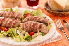 Gli involtini alla messicana sono golosi involtini di carne ripieni con prosciutto cotto e un trito ricco e poi avvolti nella pancetta.