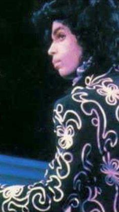 <3 The beautiful profile of Prince.