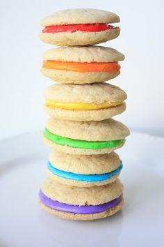 ¿Qué os parece si hoy preparamos una merienda divertida?... Si le pedís a vuestros hijos que os ayuden a preparar estas galletas multicolor disfrutarán hac