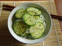 Salada de pepino agridoce (sunomono) - Veja mais em: http://www.cybercook.com.br/receita-de-salada-de-pepino-agridoce-sunomono.html?codigo=105050