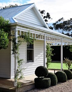 A spectacular modernised homestead in regional Victoria, with interior designer Rebecca Clark Design. Weatherboard Exterior, Country Home Exteriors, Australia House, Facade House, House Facades, Cottage Exterior, House Front, House Painting, House Colors